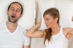 Kvinnan kan inte sova royaltyfria bilder