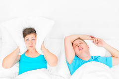 Kvinnan kan inte sova från snarka make Royaltyfria Foton