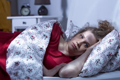 Kvinnan kan inte sova på natten Fotografering för Bildbyråer