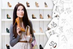 Kvinnan kan inte välja stilfulla pumpar Stor försäljningssäsong royaltyfria bilder