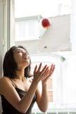 Kvinnan kastar ett rött äpple royaltyfri fotografi