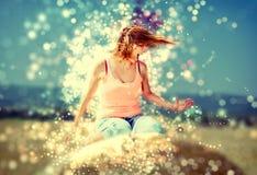 Kvinnan kastar med hennes hår, blått filtrerar arkivfoton