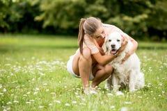 Kvinnan kelar hennes hundvän arkivfoton