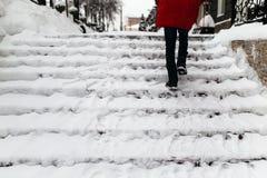 Kvinnan klättrar trappan Arkivfoto
