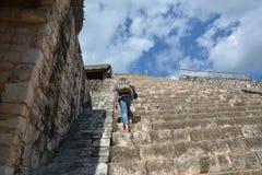 Kvinnan klättrar upp på akropolen av den Mayan arkeologiska platsen av Ek lodisar Royaltyfri Bild