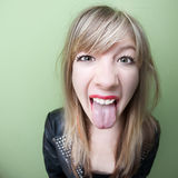Kvinnan klibbar henne tungan ut Arkivfoton
