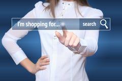 Kvinnan klickar faktiskt e-shoppar på knappen E-kommers och B2C begrepp I som shoppar för Arkivfoto
