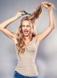 Kvinnan klippte hennes långa hår Royaltyfri Fotografi