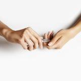 Kvinnan klippte hennes nagelband royaltyfri foto