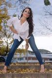 Kvinnan kliver på Fotografering för Bildbyråer