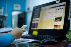 Kvinnan kopplar av med mobiltelefonen och datoren Royaltyfria Foton
