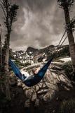 Kvinnan kopplar av på en hängmattasjö Isabelle Colorado Royaltyfri Foto