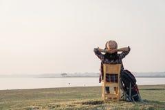 Kvinnan kopplar av tid med den underbara dagen för att vila royaltyfri bild