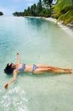Kvinnan kopplar av under loppsemester på den tropiska ön Arkivfoton