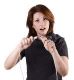 Kvinnan kopplar från kabel Arkivbild