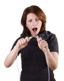 Kvinnan kopplar från kabel Arkivfoto
