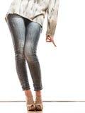 Kvinnan lägger benen på ryggen i skor för höga häl för grov bomullstvillbyxa Fotografering för Bildbyråer
