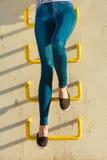 Kvinnan lägger benen på ryggen i utomhus- tillfällig stil för grov bomullstvillbyxa Arkivfoto