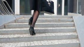 Kvinnan lägger benen på ryggen rinnande övre trappan lager videofilmer