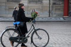 KVINNAN LÄGGER FLOWRES _PRINCE HERNIK DOG I GÅR KVÄLL Fotografering för Bildbyråer