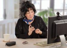 Kvinnan lär nivån för socker för självprovningsblod arkivfoto