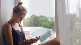 Kvinnan läser en bok arkivfilmer