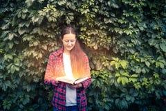 Kvinnan läser en magisk bok royaltyfria foton