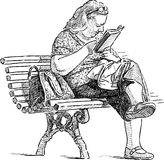Kvinnan läser på en parkerabänk Arkivbilder