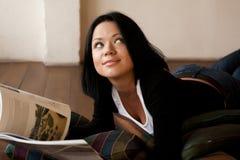 Kvinnan läser tidskriften arkivbild