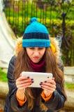 Kvinnan läste dåliga nyheter på minnestavlan Royaltyfri Fotografi