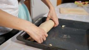 Kvinnan lagar mat apfelstrudel i köket, handcloseup lager videofilmer