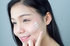 Kvinnan ler hudskönhet och hälsa, för brunnsortprodukter och smink royaltyfria foton