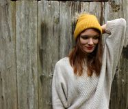 Kvinnan ler i en tröja och en hatt med en pompon arkivfoto