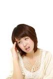Kvinnan lider från huvudvärk Arkivbild
