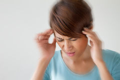 Kvinnan lider från smärtar, huvudvärken, sjukdomen, migrän, spänning