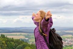 Kvinnan lyfter henne armar Fotografering för Bildbyråer