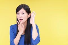 Kvinnan lyssnar försiktigt royaltyfri bild