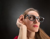 Kvinnan lyssnar till Arkivfoton