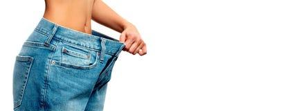 Kvinnan mäter midjan efter viktförlust, begreppet bantar royaltyfri foto