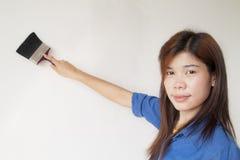 Kvinnan målar väggen Arkivfoto