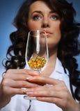 Manipulera innehav per exponeringsglas med pills Royaltyfria Bilder