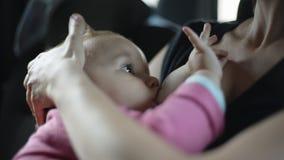 Kvinnan matar henne behandla som ett barn sammanträde i bilen lager videofilmer