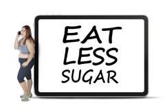 Kvinnan med äter mindre sockerord ombord Arkivbilder