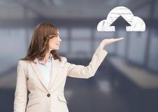 Kvinnan med öppet gömma i handflatan handen under molnet laddar upp symbolen Arkivbild