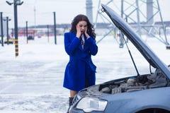 Kvinnan med överraskning ser bilmotorn Royaltyfria Foton