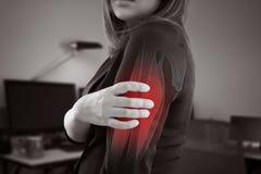 Kvinnan med övrearmen smärtar royaltyfria bilder