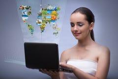 Kvinnan med bärbar dator- och för abstrakt begreppbegreppsnatur foto Fotografering för Bildbyråer
