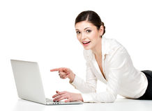 Kvinnan med bärbar dator pekar till avskärma Arkivfoto