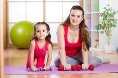 Kvinnan med barnet som gör gymnastik och kondition, övar Royaltyfria Bilder