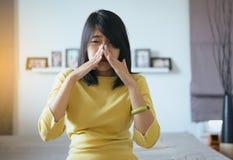 Kvinnan med bihåla och lider från bihåleinflammation, rörande näsa för kvinnlig hand, sunt och nasalt royaltyfri fotografi